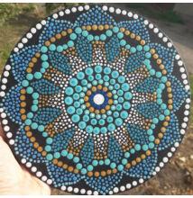Türkiz-arany mandala pontfestő technikával