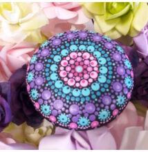 Lila-kék-pink mandala pontfestő technikával
