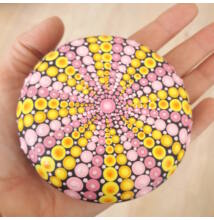 Pink-sárga mandala pontfestő technikával