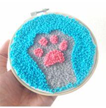 Cica tappancs punch needle technikával, pink-kék-szürke