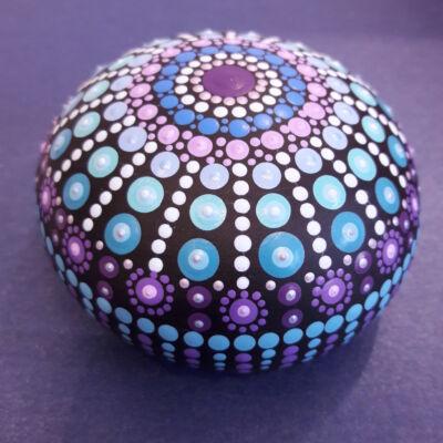 kék-lila-mandala-kő